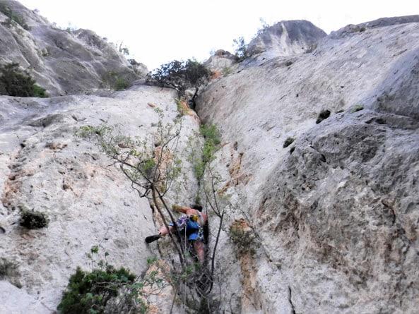 moniteur d'escalade en terrain d'aventure dans le verdon