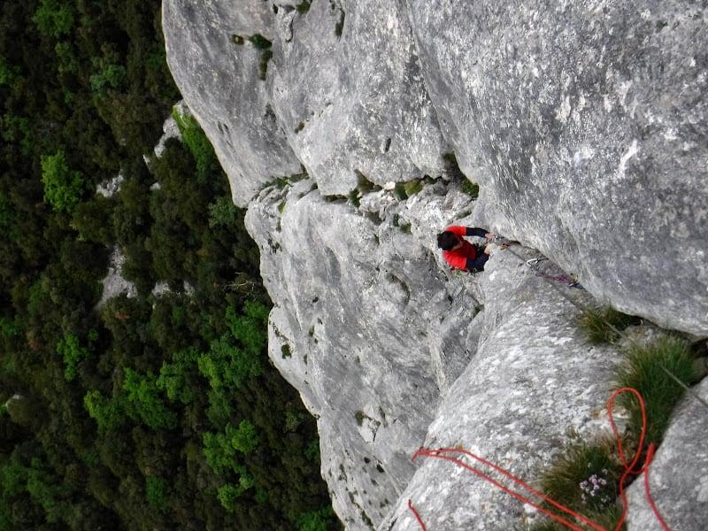 nettoyage et entretien des voies d'escalade à la Sainte Baume par des moniteurs d'escalade actifs dans les massifs de Provence.